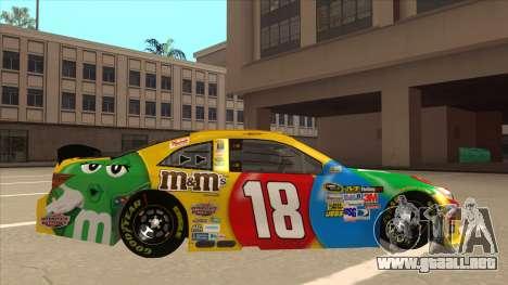 Toyota Camry NASCAR No. 18 MandMs para GTA San Andreas vista posterior izquierda